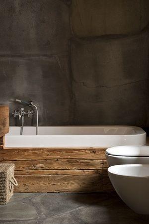 Con maderas recuperadas y cemento, se diseñó este rústico cuarto de baño.