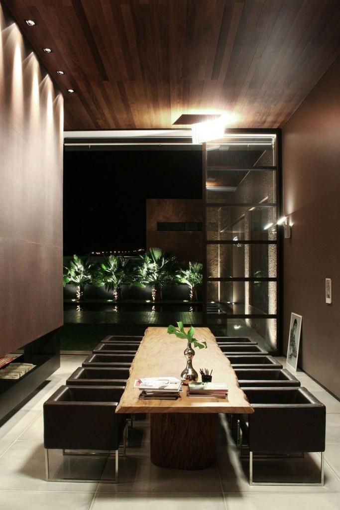 En un espacio contemporáneo se situó este moderno salón, con un techo panelado de madera.