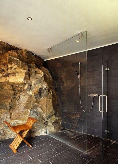 Alrededor de esta espectacular roca, se diseñó este moderno cuarto de baño.