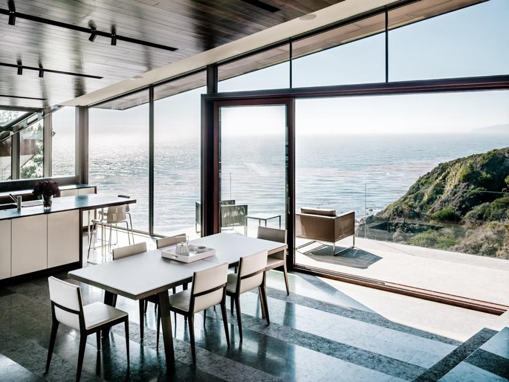 Impresionante ubicación, la de esta cocina junto a un enorme ventanal.