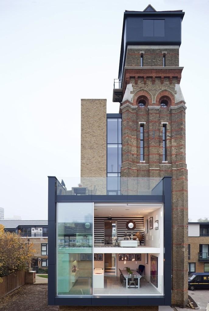 La antigua torre de una iglesia convertida en una moderna vivienda.