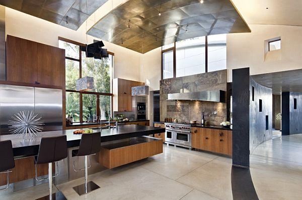 Dos grandes planchas de metal, cuelga del techo de esta moderna cocina.