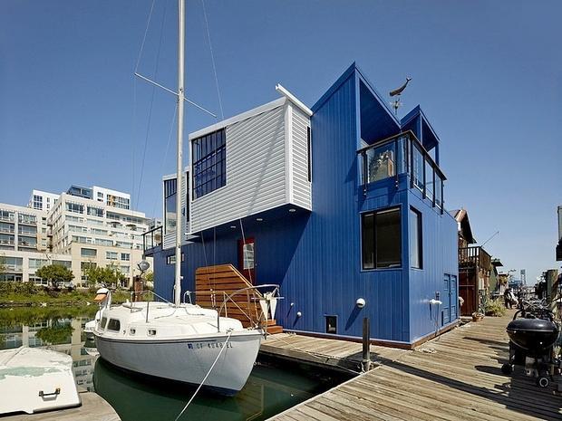 Con una fachada en azul y blanco vemos esta curiosa casa de dos plantas.