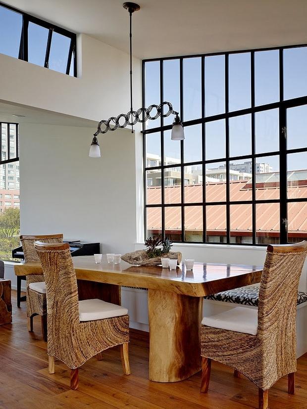 Un rústico comedor, con un gran ventanal con vistas al malecón.