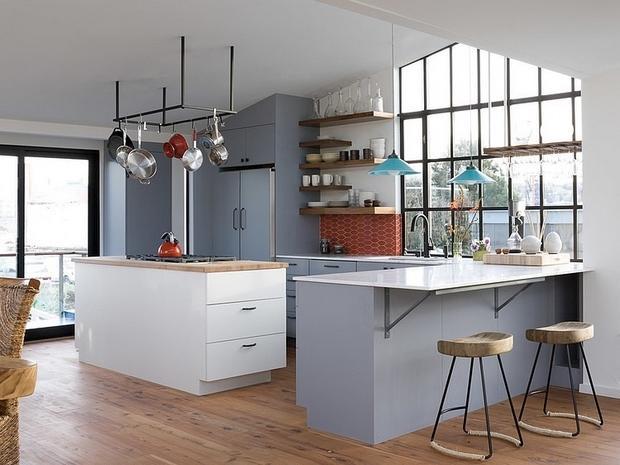 Grises y blancos son los tonos elegidos, para la decoración de esta amplia cocina.