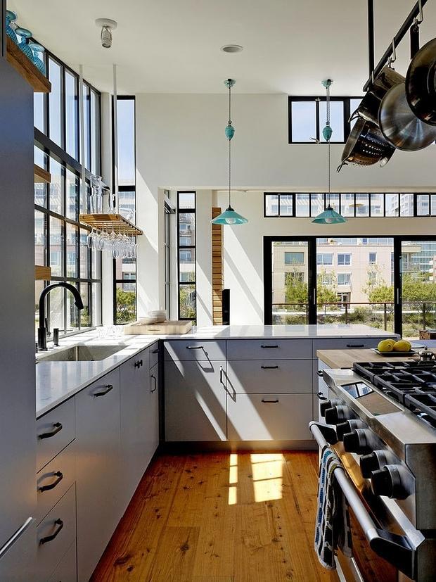 Rodeada de fantásticas vistas, la luminosa cocina de esta vivienda flotante.