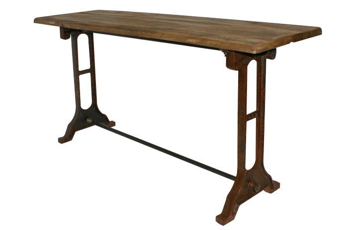 Esta sencilla consola tiene patas de hierro fundido y sobre de madera.