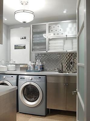 De aspecto futurista, se vistió este moderno cuarto de lavandería.