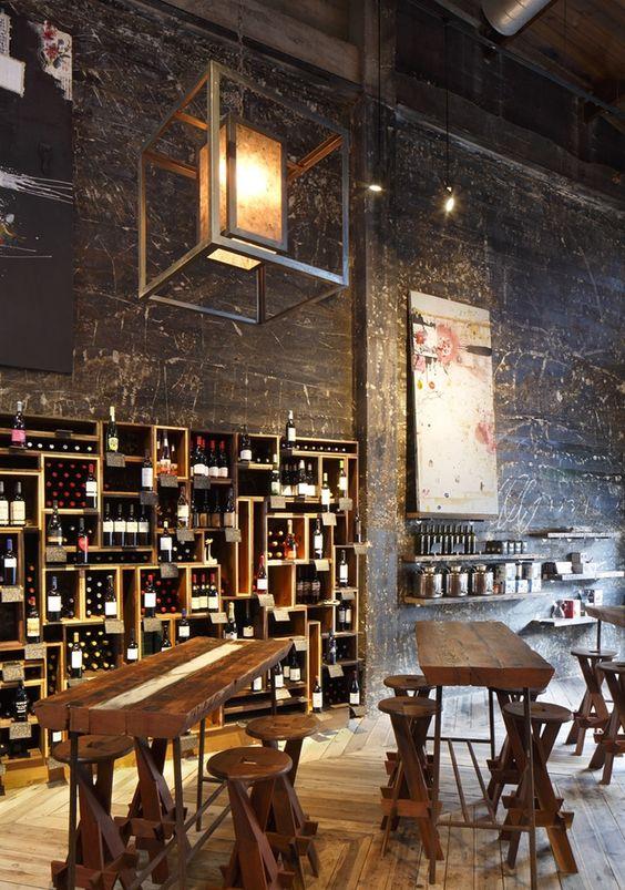 Un restaurante con paredes cubiertas de hollín, y alargadas mesas de madera.