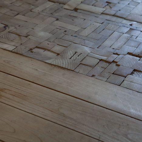 Un adoquinado junto a un diseña alistonado, forman este suelo.