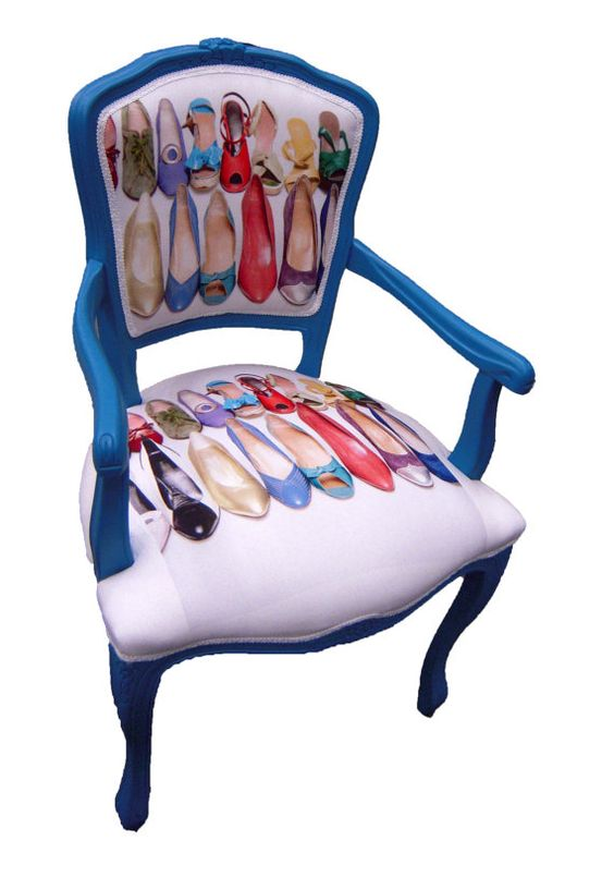 Este diseño tradicional, en tono azul, con un tapizado algo fetichista.