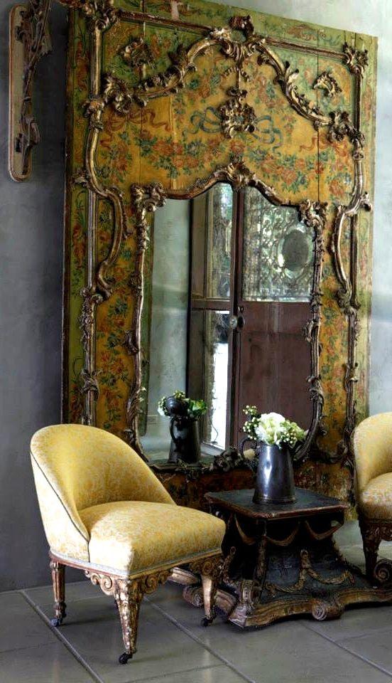 Una pieza antigua con un espejo, viste esta rincón de un salón.