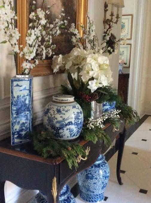 Porcelana china, en los clásicos colores azul y blanco decoran esta consola.