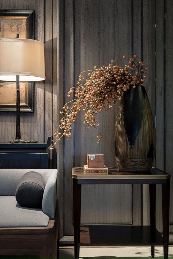 Una pieza decorativa con un elegante arreglo floral, domina toda la estancia.