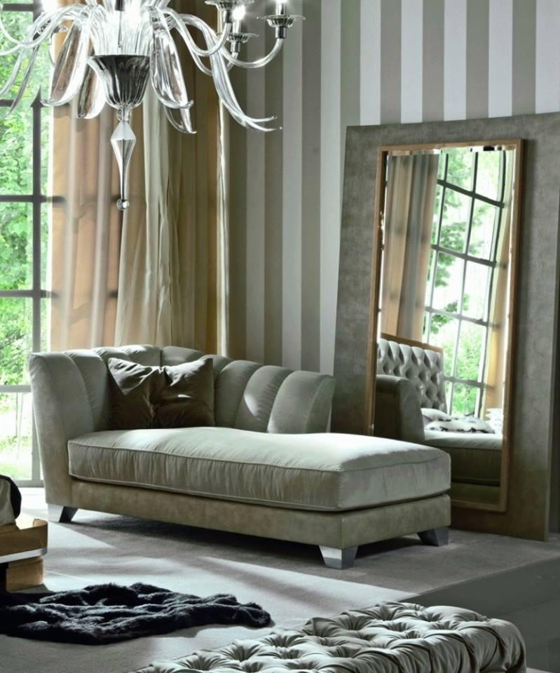 Con una moderna chaise longue y un espejo con marco dorado, se viste este elegante rincón.