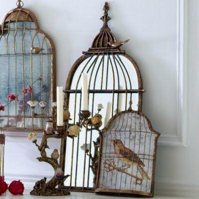 Espejos y cuadros, que simulan ser decorativas jaulas de estilo campestre.