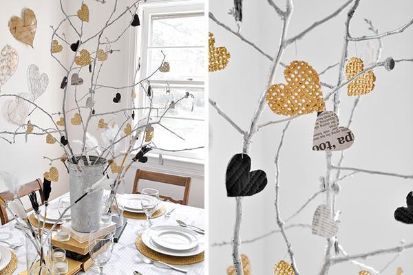 Centro de mesa, con ramas y corazones en blanco, negro y beige.