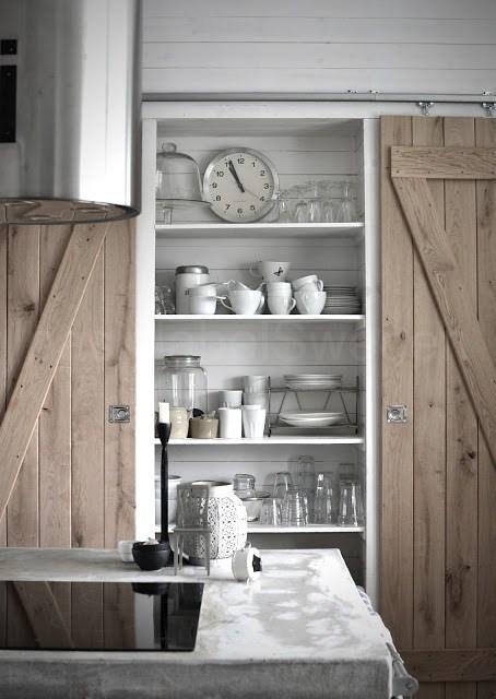Con estrechas tablas de madera lavada, para ocultar la zona de almacenaje.