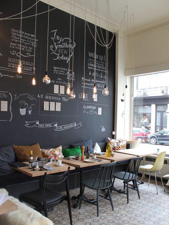 Una pared completa para poner el menú diario, con pintura de pizarra.
