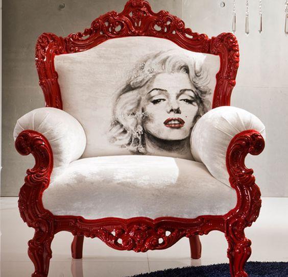 Un atrevido y sofisticado sillón rococó, con una imagen de Marilyn.