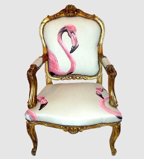 Un llamativo flamenco rosa, en un barroco sillón de estilo Luis XIV.