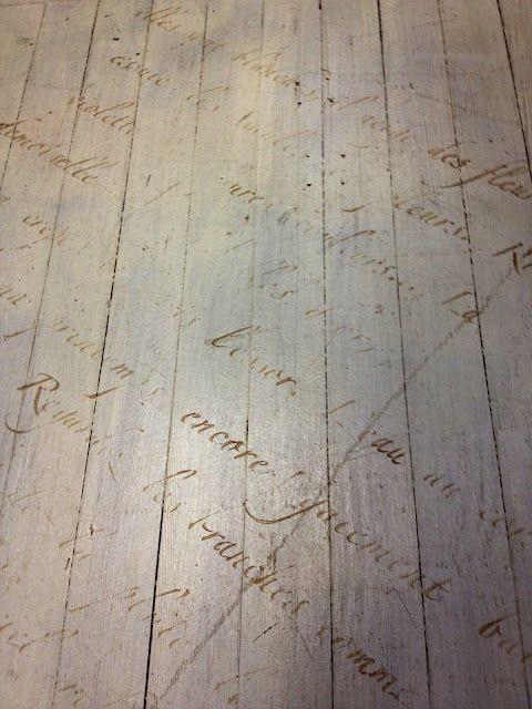 Un rústico diseño con textos escritos sobre el.