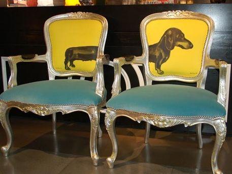 Un Teckel es el estampado elegido, para vestir estos dos sillones clásicos.