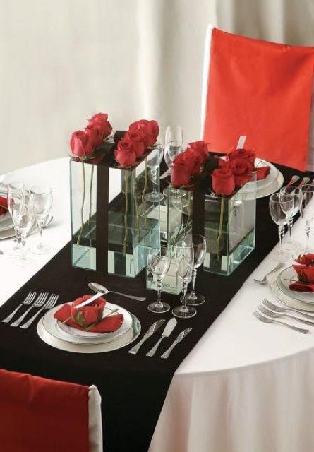 Una decoración en rojo y blanco, con un toque de color negro.