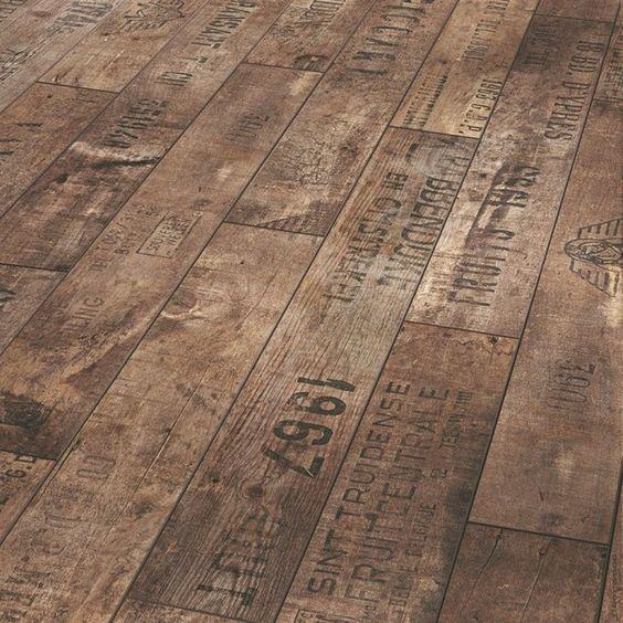Rústico con un marcado estilo industrial, se muestra este diseño, fabricado con madera reciclada.