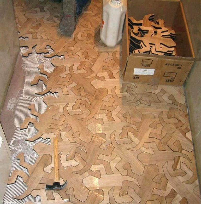 Una piezas de madera con formas organicas, cubren este interesante suelo.