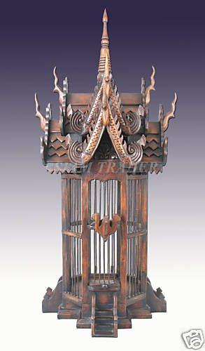 Un elegante modelo tailandes, con los tallados típicos de su cultura.