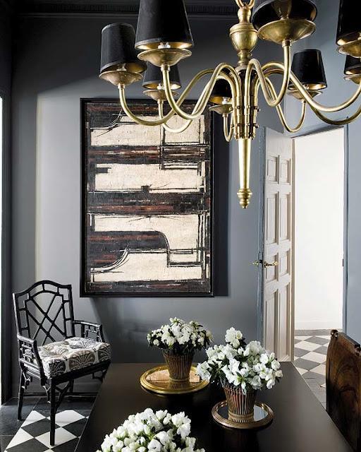 Una estancia pintada en un elegante tono gris, donde destaca una pintura abstracta.
