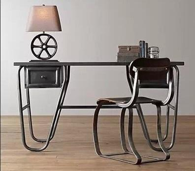 Perfecto para un loft industrial, este diseño de escritorio de estilo retro.