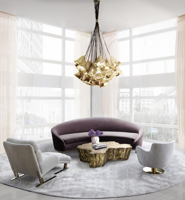 Un sofá y una lámpara, también de la casa especializada en mobiliario decorativo Koket.