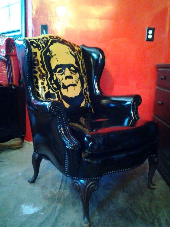 La imagen del monstruo de Frankenstein, se cuela en la tapicería de este sillón.