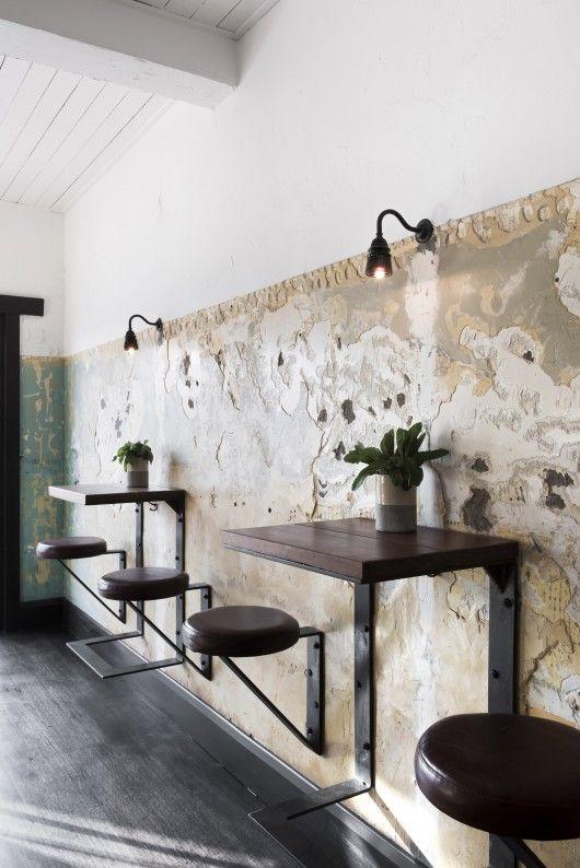 Este otro restaurante, luce mesas y sillas adosadas en las paredes.