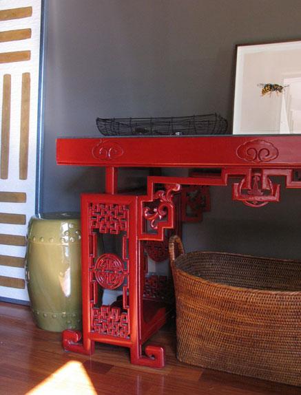 Una elegante y contundente consola china, lacada en color rojo.