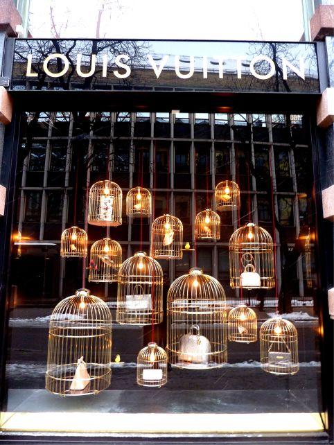 Modelos dorados en los escaparates de la firma francesa Louis Vuitton.