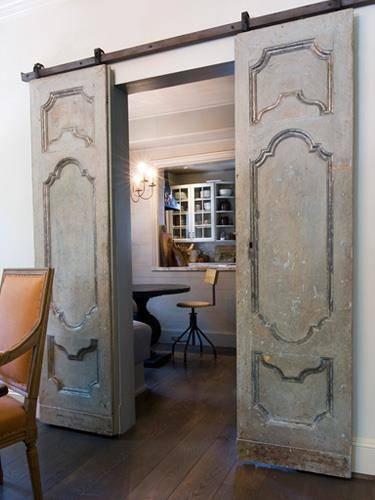 Modelo creado, recuperando antiguas puertas con molduras, de un salón clásico.