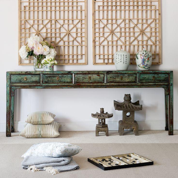 Una elegante y alargada consola, fabricada con madera de olmo.