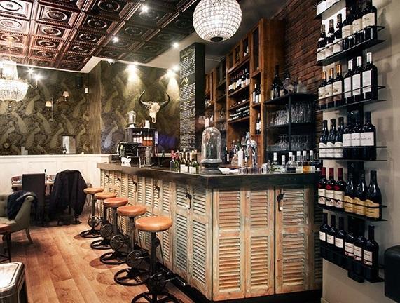 Barra de bar decorada, con antiguas contraventanas venecianas.