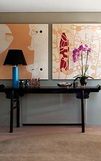 Un diseño clásico de consola china, fabricada de madera lacada de color negro.