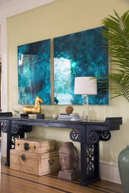 Un ricón del salón, donde destacan diversas obras de arte de distintos estilos.