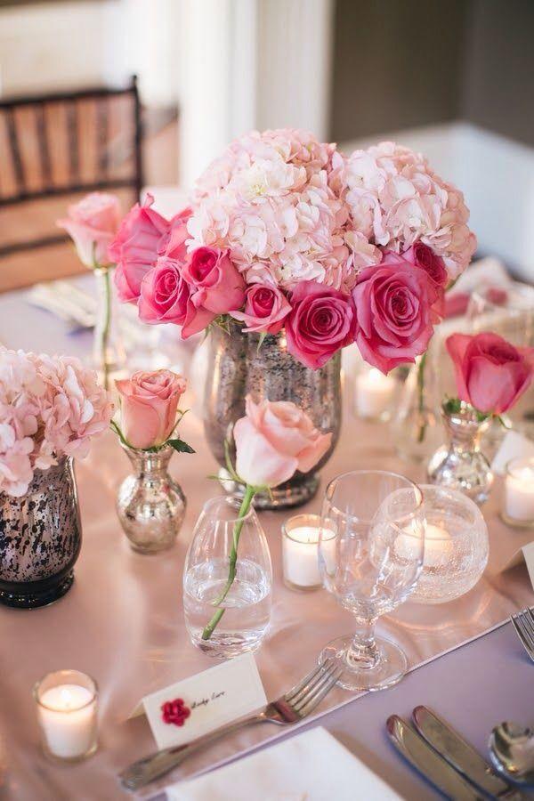 Hortensias y rosas en tonos rosados, a juego con el camino de mesa.