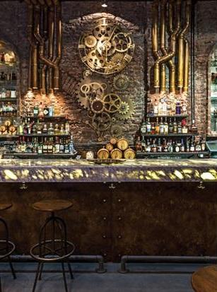 Engranajes, tuberías y un bar de metal oxidado con remaches.