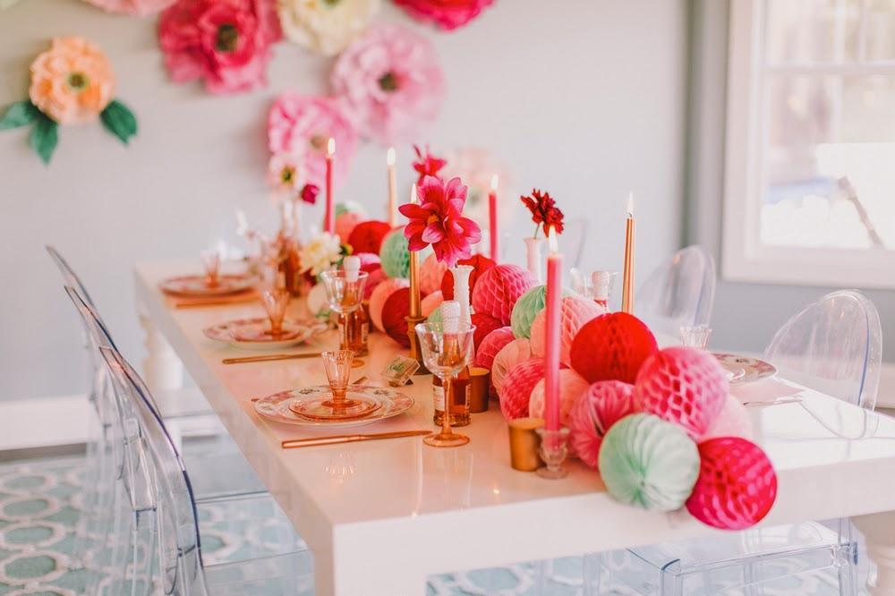 Centro de mesa, largas velas y coloridas esferas de papel.