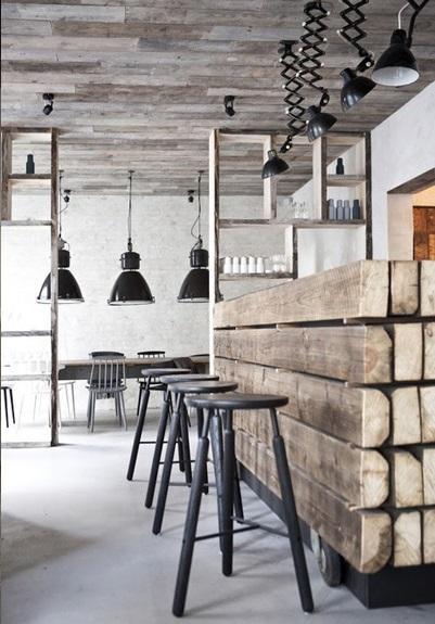 Una rústica barra, con gruesos tablones de madera recuperada.