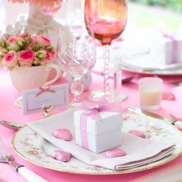Decoración en tonos rosados, con copas de cristal en este romántico color.