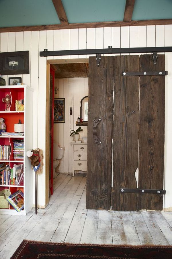 Tablas recicladas, forman esta puerta corredera de aspecto muy rústico.