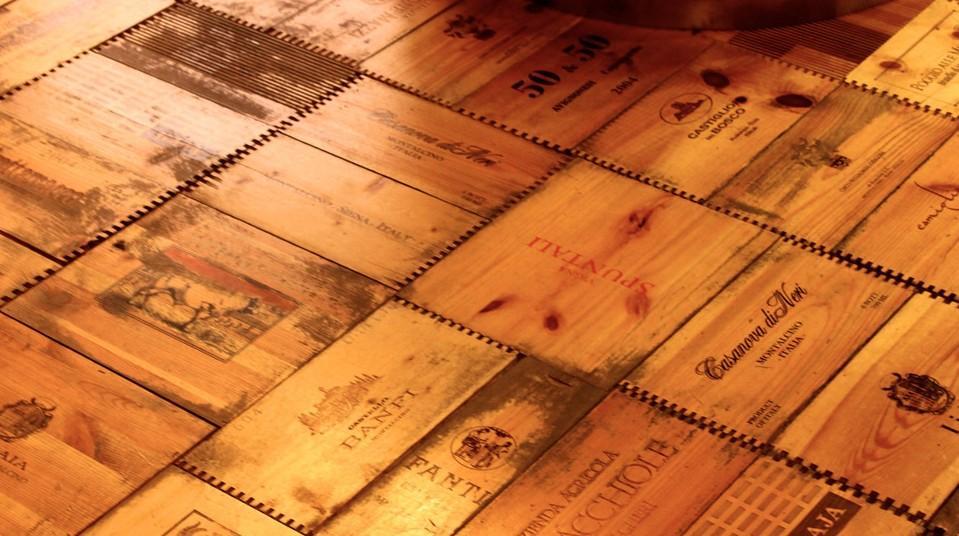 Otra forma de reciclar madera, es instalando en el suelo las tapas de las cajas de vinos.